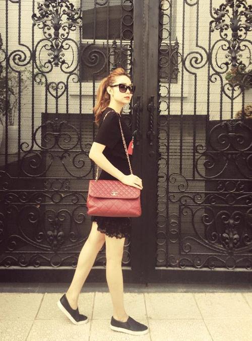Chanel 2.55 cũng là món đồ yêu thích của Minh Hằng Nó được bán ở mức khoảng 100 triệu đồng. Đây là một mức giá không hề nhỏ