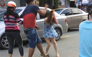 Hiện Công an đang truy tìm thanh niên đánh cô gái sau va chạm giao thông