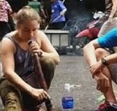 Cô gái tây hút thuốc lào ngay đường phố Hà Nội