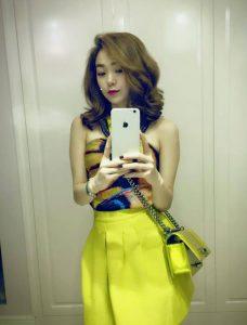 Cô nàng cũng sở hữu một chiếc túi nhỏ màu vàng chanh tươi trẻ. Túi Chanel Boy có giá từ 60 đến 150 triệu đồng tùy kích cỡ. Nó khiến cô trông khá nổi bật và bắt mắt