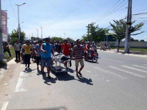 Người nhà đưa thi thể nạn nhân đi trên đường nhằm phản đối cái chết