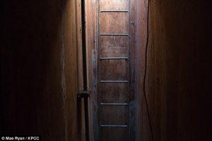 Đường xuống căn hầm tiện nghi đó là một chiếc thang dài