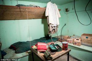 Dưới căn hầm có đầy đủ đồ đạc để sống trong vòng vài tuần