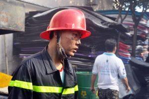 Khuôn mặt hốc hác của chiến sĩ cứu hỏa sau nhiều giờ đồng hồ vật lộn với đám cháy