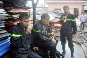 """Lính cứu hỏa sau hơn 4 giờ """"vật lộn"""" với lửa dữ, họ ăn bánh mì lót dạ ngay tại hiện trường"""