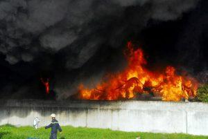 Chỉ trong thời gian ngắn, lửa bốc cháy dữ dội và tạo thành cột khói cao hàng chục mét.