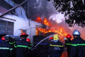 Thời điểm lửa bùng phát, nhiều người dùng bình chữa cháy mini dập lửa nhưng bất thành. Nhận tin báo, hàng trăm cảnh sát PCCC TP.HCM cùng lực lượng công an xã, dân phòng đã có mặt phun nước, dập lửa.