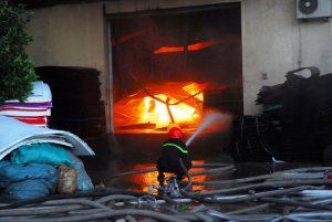 Thời điểm cháy khu vực này có gió lớn nên ngọn lửa lan nhanh, lính cứu hỏa khống chế không cho lửa lan sang khu vực các nhà xưởng bên cạnh và khu vực dân cư
