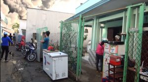 Lửa cháy lớn và nguy cơ lan rộng nên những hộ dân sống gần hiện trường di chuyển vật dụng, tài sản đến nơi an toàn.