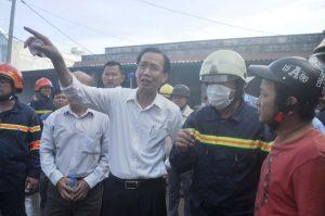 Ông Lê Thanh Liêm, Phó Chủ tịch UBND TP.HCM (áo trắng) có mặt tại hiện trường chỉ đạo công tác chữa cháy