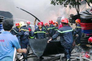 PCCC cùng người dân nỗ lực dập lửa cứu tài sản