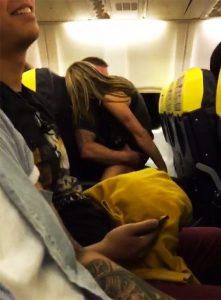 Hình ảnh phản cảm của cặp đôi được hành khách ghi lại đăng tải trên mạng xã hội gây nhiều xôn xao