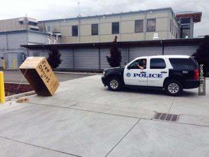 """""""Trạm cứu hỏa của chúng tôi bên cạnh đồn cảnh sát, thi thoảng họ lại có những trò nghịch ngợm rất trẻ con như vậy: Bánh rán miễn phí"""""""