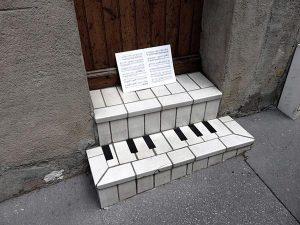 Có ai dám cầm quyển sách nhạc đi chứ