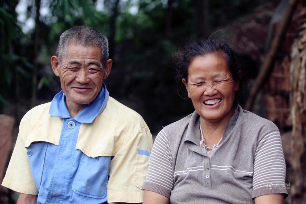 cảm động chồng mù cõng vợ què suốt 30 năm, chồng mù cõng vợ què