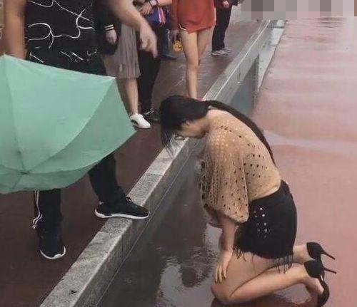 cô gái quỳ gối dưới mưa xin lỗi chàng trai, quỳ gối xin lỗi