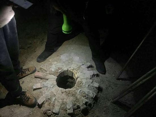 bé trai mất tích, bé trai bị kẹt bí ẩn dưới hố chỉ rộng 20cm