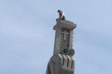 cô gái trèo lên thép chuông không thèm xuống
