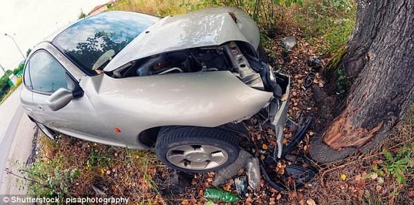gây tai nạn, cặp đôi gây tai nạn vì mải mê mây mưa khi lái xe