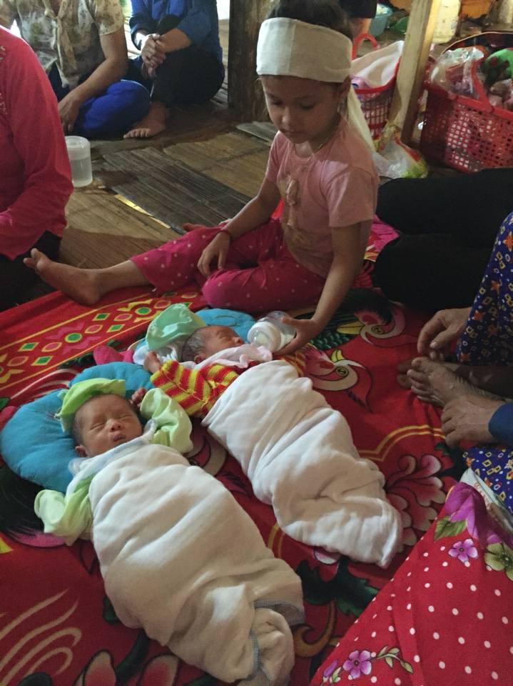 mồ côi, xót thương 2 bé sinh đôi mồ côi mẹ