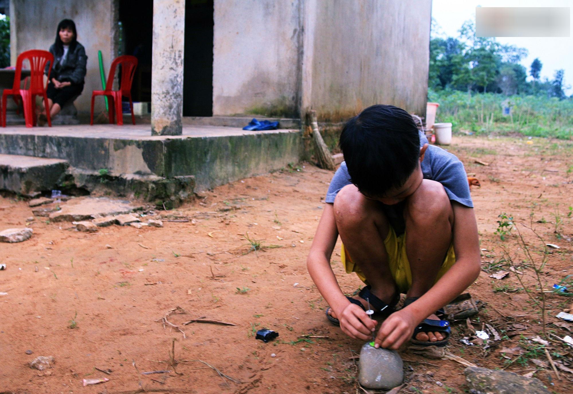 cậu bé 9 tuổi sống một mình giữa những nấm mộ