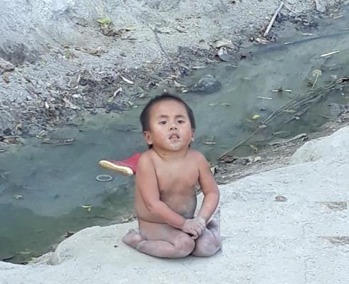 Xót xa hình ảnh cậu bé trần truồng trong tiết trời lạnh giá, cơ thể lấm lem bùn đất