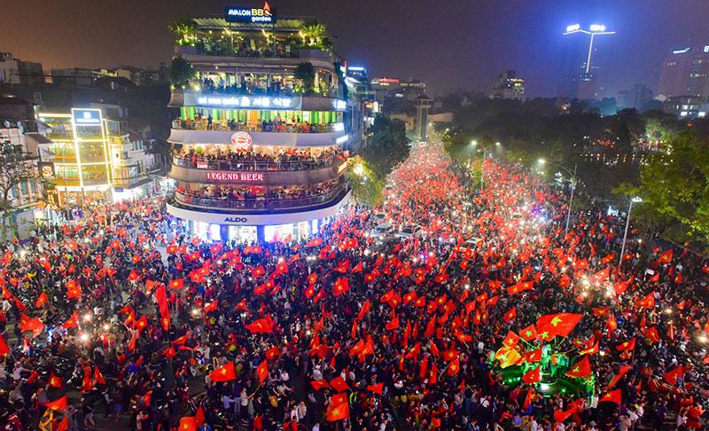 Sau chiến thắng của U23 Việt Nam Hồ Gươm rực màu cờ đỏ