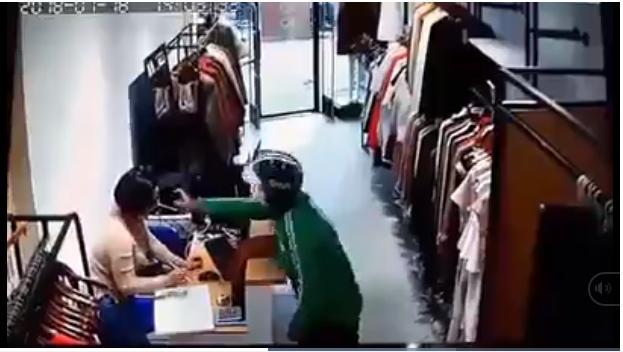 Sốc : Thanh niên mặc áo GrabBike xịt dung dịch lạ vào mặt nhân viên bán hàng để cướp