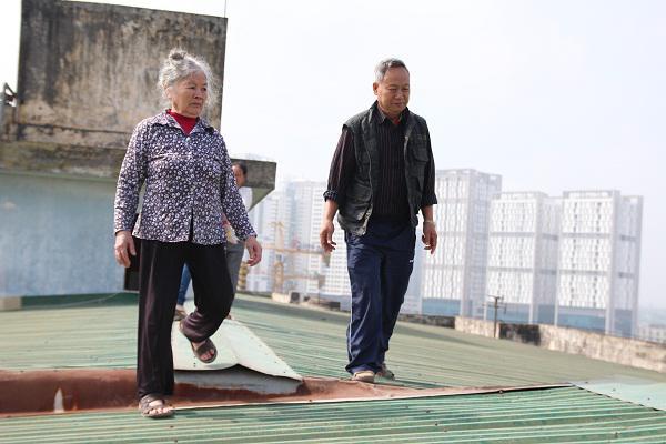 Bà bầu, trẻ nhỏ, liều mình đi trên mái tôn chung cư để xuống đất