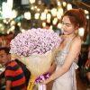 Cô gáii làm bó hoa bằng tiền trị giá 74 triệu đồng tặng người yêu, quà valentine giá trị