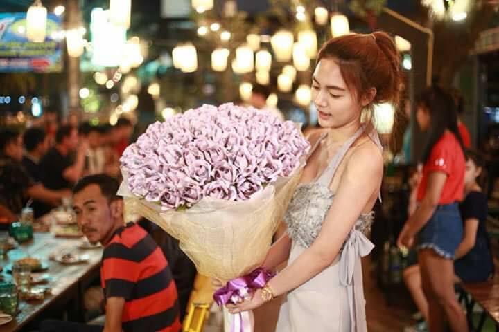 """Chơi sành cô nàng chi bạo 71 triệu đồng xếp thành bó hoa """"đồng tiền"""" tặng người yêu dù Valentine chưa tới"""