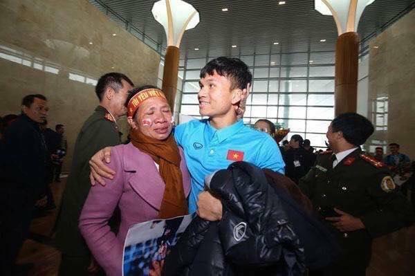 Rơi nước mắt trước lý do Mẹ Xuân Mạnh U23 Việt Nam tặng con món quà 10 nghìn đồng ở sân bay