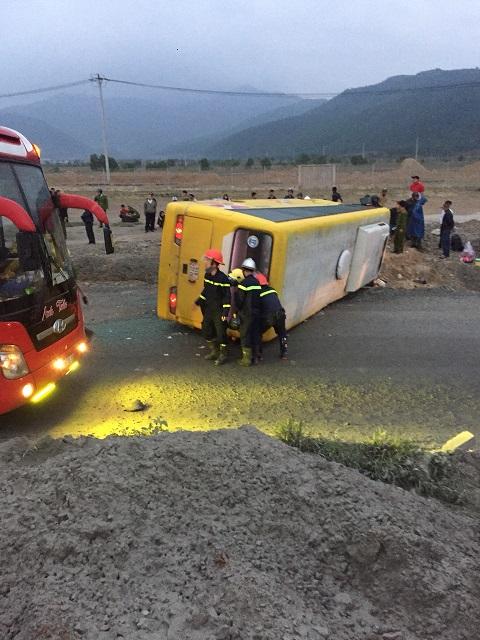 Lật xe khách khiến hàng chục người bị thương vong