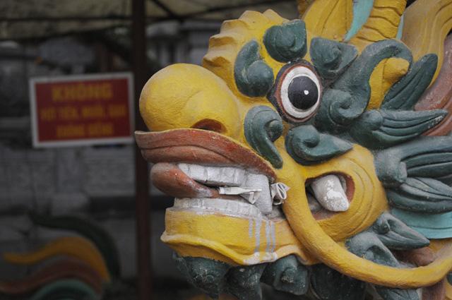 du khách đi chùa hương méo mặt vì bị chém đẹp