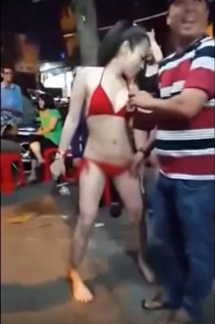 thuê người mẫu diện bikini về nhảy trong đam tang của chồng
