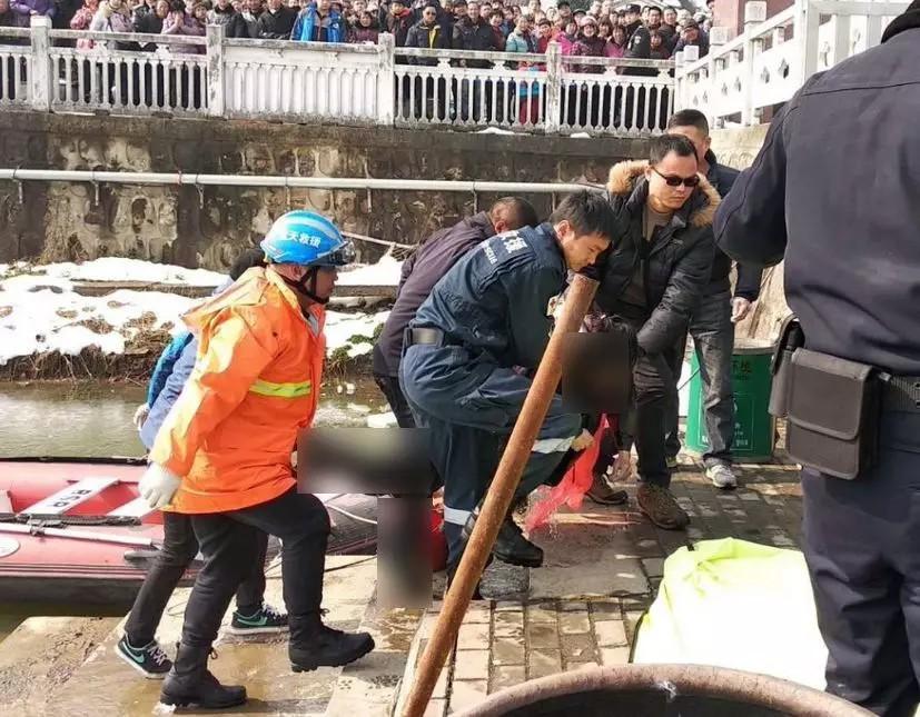 hốt hoảng phát hiện xác chết bị đông cứng dưới lòng hồ