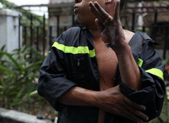 Bàn tay lợt da của chiến sĩ cảnh sát