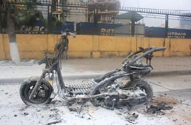 xe máy đột nhiên bốc cháy giữa đường chủ phương tiện vẫn liều mình mở cốp lấy đồ