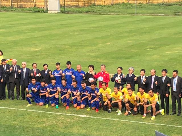 tổng thống hàn quốc đá bóng với xuân trường u23 việt nam