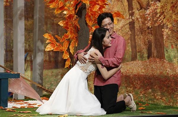 Nhã Phương hẳn rất đau khổ khi chứng kiến loạt ảnh Trường Giang cưỡng hôn bạn diễn trên sân khấu