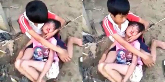 Xót xa cảnh bé trai ngồi ôm em gái sau trận đòn dã man của mẹ kế, lau máu mũi cho em an ủi