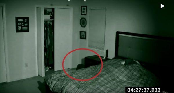 """Đặt camera ẩn trong phòng ngủ, cặp vợ chồng rợn người khi phát hiện """"kẻ thứ 3"""" xuất hiện sau khi gần gũi"""