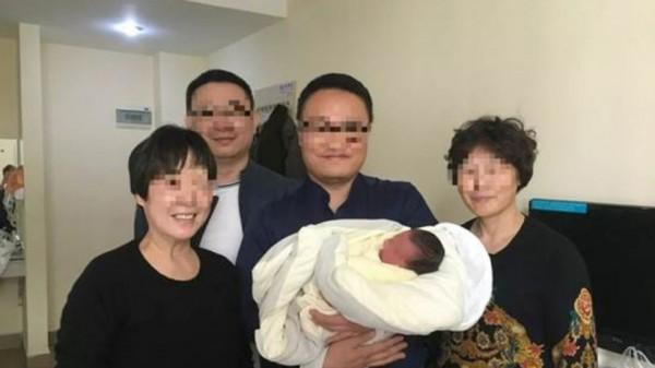 Chuyện lạ: Em bé chào đời sau 4 năm cha mẹ qua đời