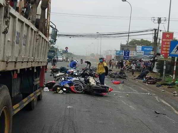 Container tông hàng chục xe máy khiến 4 người chết, 17 người nhập viện