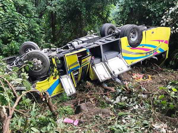 Lật xe trên đèo Hải Vân làm 1 người chết 20 người bị thương