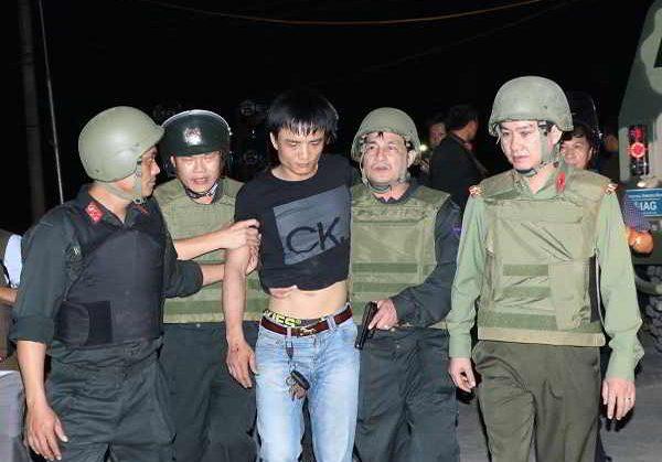 Công an bắt giữ nhóm đối tượng ôm ma túy và hàng nóng cố thủ tại Hà Tĩnh