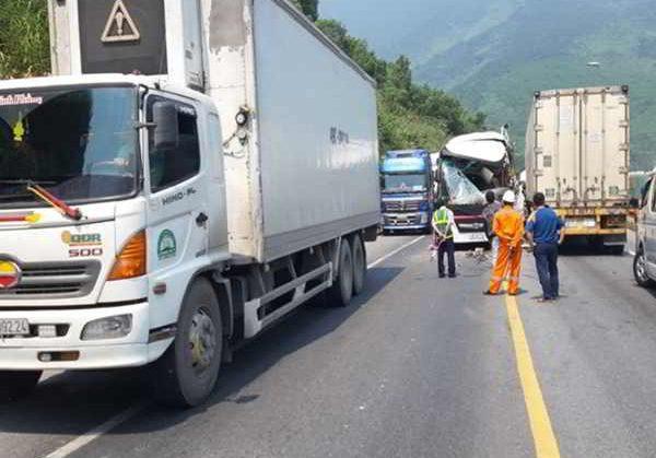 Xe container tông trực diện xe khách khiến 13 người bị thương