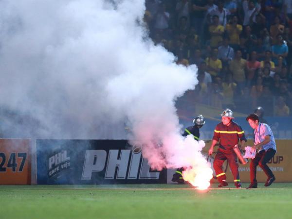 HLV Nam Định phát biểu sau sự cố pháo sáng ở sân Hàng Đẫy