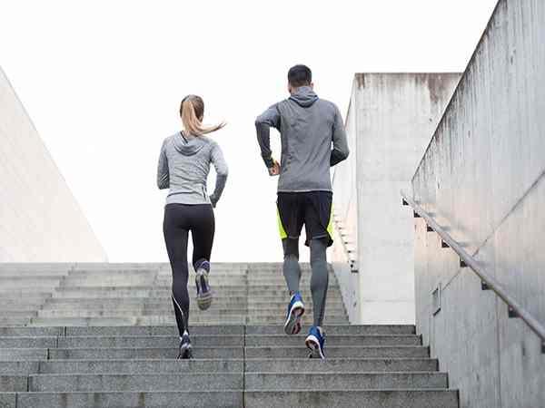 Mơ leo trèo cầu thang
